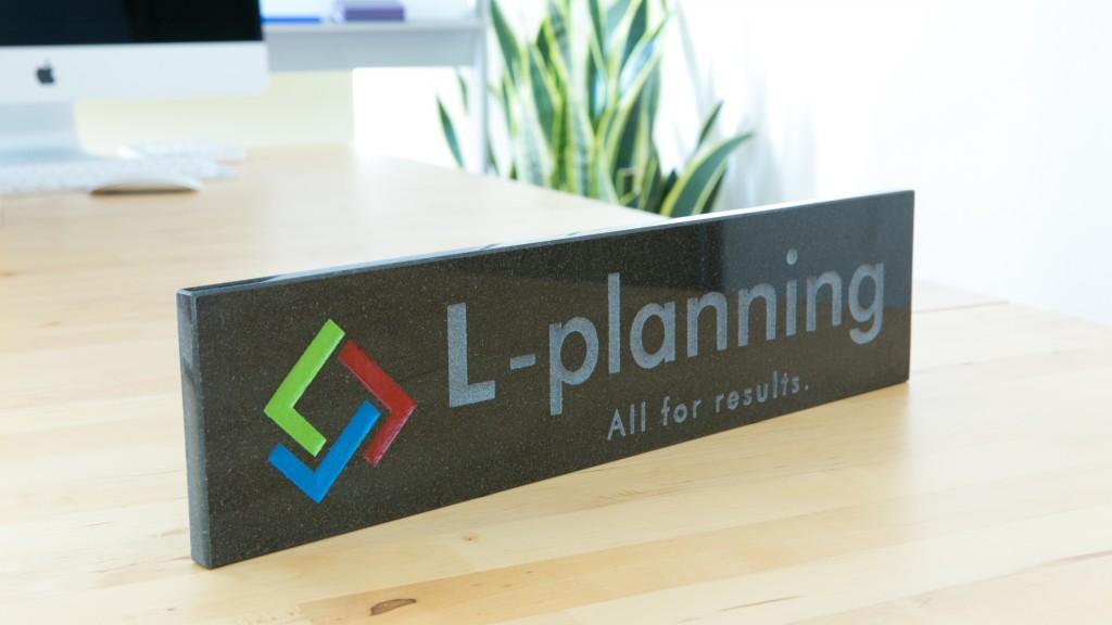 黒御影石でつくられたL-planningのロゴプレート